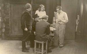 """Stseen Osvald Toominga näidendist """"Kükakünka kuningas"""" Assamalla valla """"Tuleviku"""" ja """"Kungla"""" kolhooside näitetrupi esituses. RM F 156:13, SA Virumaa Muuseumid, http://www.muis.ee/museaalview/1904246."""