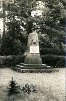 Haljala, mälestussammas nõukogude võimu eest langenutele, 1980. aastad. RM F 1329:10, SA Virumaa Muuseumid, http://www.muis.ee/museaalview/1421194.