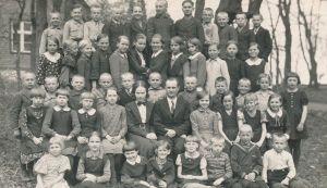 Kavastu algkool 1938 kevadel. Koolijuhataja Palmiste, õpetaja H. Saage. RM F 1576:7, Virumaa Muuseumid SA, http://www.muis.ee/museaalview/966654.