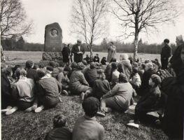 Looduskaitsepäev Kreutzwaldi sünnikohas, 1972. Õpilased kuulavad Osvald toominga esinemist. DrKM F 256:1, Dr. Fr.R. Kreutzwaldi Memoriaalmuuseum, http://www.muis.ee/museaalview/976614.