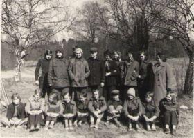 Väike-Maarja õpilased looduskaitsepäeval Fr. R. Kreutzwaldi sünnikohas. Jõepere, 8.05.1976., DrKM F 262:5, Dr. Fr.R. Kreutzwaldi Memoriaalmuuseum, http://www.muis.ee/museaalview/972043. Taga 10. klass, ees 7. klass. Teises reas paremal bioloogiaõpetaja Irene Paabu.