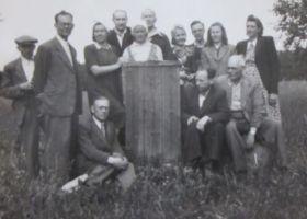 Foto: E. Selleke, 11.07.1950. Seisab vasakult viies kohalik teejuht. Eesti Kirjandusmuuseumi kogu.