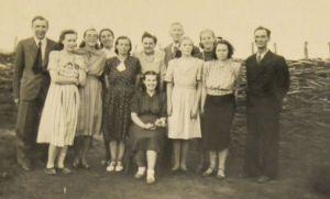 Aino ja Rudolf Põldmäe (fotol paremalt teine ja esimene), 26. juuni 1953. asumisel Siberis Tšerlakis. Eesti Kirjandusmuusemi kogu.