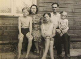 Aino ja Rudolf Põldmäe perega Elvas, 21. juulil 1957. Lapsed (vasakult) Alo, Jaak, Mare. Eesti Kirjandusmuusemi kogu.