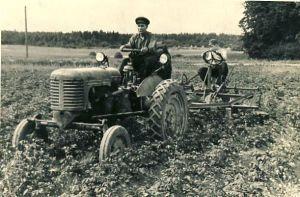 Kadrina MTJ traktorist Lembit Karjus, RM F 646:100, SA Virumaa Muuseumid, http://www.muis.ee/museaalview/1795006.