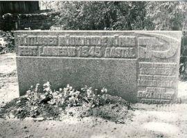 Kadrina, mälestuskivi vennaskalmul, RM F 1208:15, SA Virumaa Muuseumid, http://www.muis.ee/museaalview/1460767.