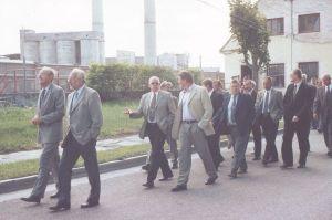 Foto: Kunda Nordic Tsemendi arhiiv. Orkestri saatel jalutas umbes 150 juubeliüritusest osavõtjat Kunda klubisse.