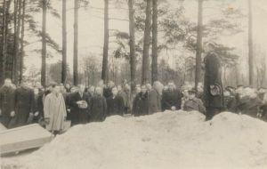 Enne kirstude haudalaskmist kõneleb sõjaväelane. Fašismiohvrite ümbermatmine Kunda vennaskalmistule 1945, RM F 924:4, Virumaa Muuseumid SA, http://www.muis.ee/museaalview/1617726.