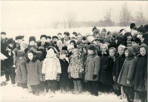 Muuga kooliõpilased Eduard Vilde mälestuskivi avamisel, RM F 488:6, SA Virumaa Muuseumid, http://www.muis.ee/museaalview/1745776.