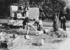 Monumendi püstitamine. Puu taga seisab kooli direktor ja monumendi püstitamise idee algataja Emil Lang. Muuga Põhikooli arhiiv.