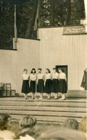 Rakvere I. Keskkooli naisansambel esineb samba avamisel. RM F 110:8, SA Virumaa Muuseumid, http://www.muis.ee/museaalview/1881606.