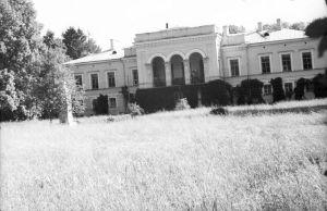 Muuga mõisa härrastemaja, vaade esiküljele, foto: Veera Fuchs, 1961. EVM N 89:2, Eesti Vabaõhumuuseum SA, http://www.muis.ee/museaalview/2157020.