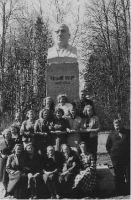 Õpetajad 1959. aastal püstitatud samba juures. Emil Lang fotol paremal. Muuga Põhikooli arhiiv.