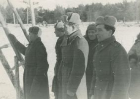 Grupp ohvitsere, keskel kapten Kipper, sapööride ülem, õppväljaku ehitamisel Kuramaal 1945. aastal., TLM F 3805, Tallinna Linnamuuseum, http://www.muis.ee/museaalview/2017565.