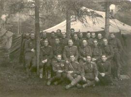 Grupp 8. Eesti Laskurkorpuse agitaatorite nõupidamisest osaavõtjaid 20.aprillil 1945.a. Kuramaal., VK F 271:2 F, Võrumaa Muuseum, http://www.muis.ee/museaalview/1079394.