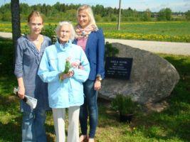 Foto: Katrin Kärner-Rebane. Kooli viimane õpetaja Veera Peenemaa koos tütre ja lapselapsega.