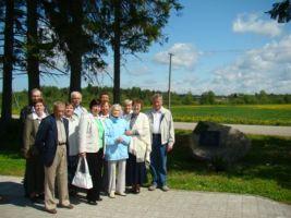 Foto: Katrin Kärner-Rebane. Kooli viimane õpetaja Veera Peenemaa koos kooli endiste õpilastega.