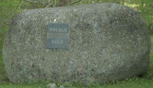 Põlula küla esmamainimise 750. aastapäeva tähistav mälestuskivi. Foto: Hanno Talving, 2002. EVM N 414:454, Eesti Vabaõhumuuseum SA, http://www.muis.ee/museaalview/2271658.