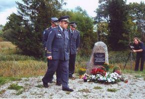 Mälestuskivi avamisel osalesid Eesti lennuväe esindajad. 6.9.2007. Foto: ????