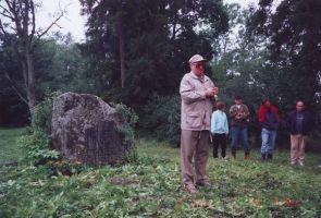 Korrastustööd 12.8.2001, esineb Jaan Eilart. Rakke muuseumi kogu.