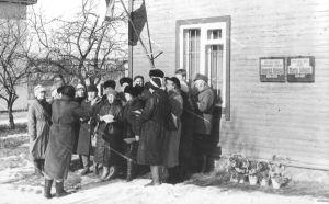"""Mälestustahvli avamisel esines kohalik segakoor """"Helin""""."""