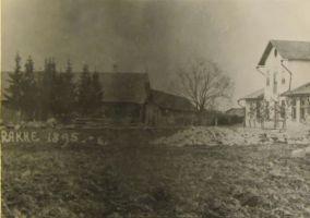 Rakke Kalmu pood 1895 (paremal pood, vasakul taluhooned) Raudsepp töötas siin 1901-1906. Eesti Kirjandusmuuseum.