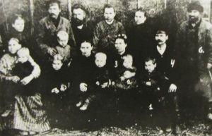 Lutsude perekonnafoto, 1893. Nr 1 Oskar, 2 vend Arnold, 3 ema Leen, 4 isa Hendrik, 5 vanaema Triinu, 6 vanaisa Mart. Eesti Kirjandusmuuseum.