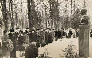 Oskar Lutsu 90. sünniaastapäeva tähistamine kalmistul, 7.01.1977. Eesti Kirjandusmuuseum.
