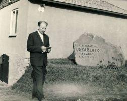 Mälestuskivi kirjanik Oskar Lutsule, RM F 1077:16, SA Virumaa Muuseumid, http://www.muis.ee/museaalview/1640358.