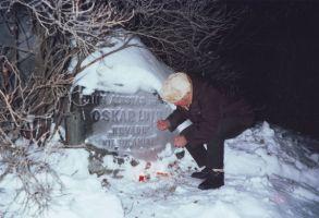 Küünla süütab kohalik kodu-uurija Väino Ots, 6.1.2002. Rakke muuseum.