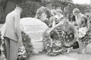 Mälestuskivi avamine raudteejaama juures. Foto: Enno Kapstas.RM Fn 1543:1653, Virumaa Muuseumid SA, http://www.muis.ee/museaalview/2213854.