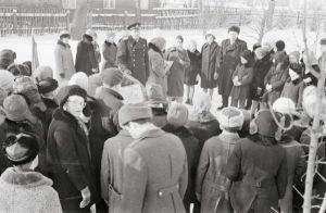 Miiting raudteejaama juures asuva mälestuskivi juures. Foto: Enno Kapstas, 28.02.1964. RM Fn 1543:1597, Virumaa Muuseumid SA, http://www.muis.ee/museaalview/2208288.