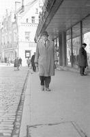 Kirjanik Erni Krusten jalutamas Harju tänava raamatukaupluse ees, 1968. ERM Fk 2644:5788, Eesti Rahva Muuseum, http://www.muis.ee/museaalview/1510100.