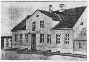 """Raamatus """"400 aastat rahvaharidust Rakveres"""" on lk. 16 joonis koolimajast aastatel 1867-1886."""