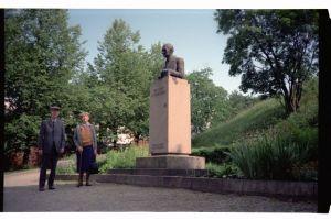 Foto: ilmselt Rein Tiik, 7.1990. Hans ja Valve Teetlaus. ERM Fk 2960:337, Eesti Rahva Muuseum, http://www.muis.ee/museaalview/1962393.