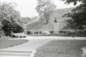 Fr. R. Kreutzwaldi mälestussammas, foto: Enno Kapstas, juuli 1971, RM Fn 1543:2392, Virumaa Muuseumid SA, http://www.muis.ee/museaalview/2260296.