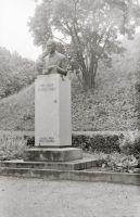 Kreutzwaldi mälestussammas Rakveres, foto: Enno Kapstas, august 1990. RM Fn 1543:552, Virumaa Muuseumid SA, http://www.muis.ee/museaalview/2143930.