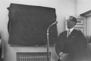 Kõneleb vilistlane Vello Ranne. Tema oli Hugo Eenmaa klassivend. Rakvere Gümnaasiumi arhiiv.