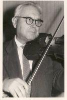 Foto: Enno Kapstas. Rakvere Laste Muusikakooli direktor Jaan Pakk, RM F 173:1, SA Virumaa Muuseumid, http://www.muis.ee/museaalview/1941738.