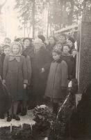 Jakob Liivi haual 28.02.1959. Ees keskel kirjaniku poeg Arnold Liiv. RM F 86:37, SA Virumaa Muuseumid, http://www.muis.ee/museaalview/2004913.