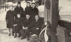 Jakob Liivi haual 28.02.1959. Istuvad paremalt: Marie Liiv, Elsa Mäesak, Arnold Liiv. Seisavad muuseumitöötajad Leili Pajos ja Laine Leet, Liivide perekonna tuttav. RM F 86:40, SA Virumaa Muuseumid, http://www.muis.ee/museaalview/2004951.