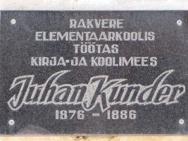 Endisel koolimajal on ka mälestustahvel siin kunagi töötanud Juhan Kunderile, http://www.monument.ee/rakvere-linn/rakvere-juhan-kunder-elementaarkool. Foto: Heiki Koov, juuni 2010.
