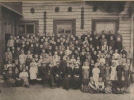 Julius Seljamaa koos õpilastega Posti tänaval asunud koolimaja ees.