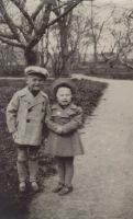 Arvo Pärt väikese tüdrukuga , 19.05.1940. RM F 1570:6, SA Virumaa Muuseumid, http://www.muis.ee/museaalview/967433.