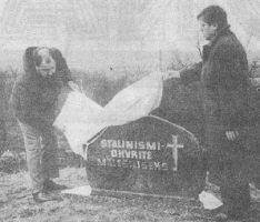 """Foto: Enno Kapstas, """"Viru Sõna"""" 1.04.1989. Ajutine mälestuskivi kohas, kuhu tuleb mälestussammas. Katte eemaldavad Rakvere rajooninõukogu täitevkomitee esimees Lembit Kaljuvee (paremal) ja  aseesimees Jaan Kulver."""