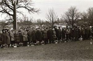 Foto: Enno Kapstas, vaade miitingule kogunenud asutuste esindajatele, Suure Sotsialistliku Oktoobrirevolutsiooni 60. aastapäeva miiting vennaskalmistul, 3.11.1977,  RM Fn 1543:3414, Virumaa Muuseumid SA, http://www.muis.ee/museaalview/2349784.