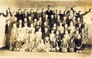 Foto: Kriibi, 1930, Aluvere algkooli õpilased, 1930RM F 1458:26, SA Virumaa Muuseumid, http://www.muis.ee/museaalview/1271609.
