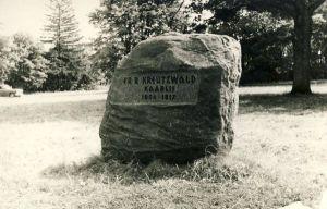 Mälestuskivi Fr.R.Kreutzwaldi elukohas Kaarlis, RM F 757:26, SA Virumaa Muuseumid, http://www.muis.ee/museaalview/1674622.
