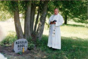 Mälestuskivi avamisüritusel kõneleb Viru-Nigula kirikuõpetaja Üllar Nõlv. Foto: Urve Valk.