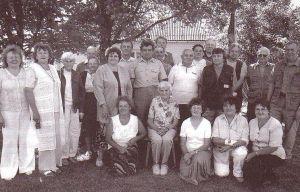 """Endised õpilased ja õpetaja Elsa Luuk kooli juures 1. juulil 2006. Foto ajalehest """"Sõmeru Sõnumid"""", nr 7, juuli 2006. Foto autor ?"""